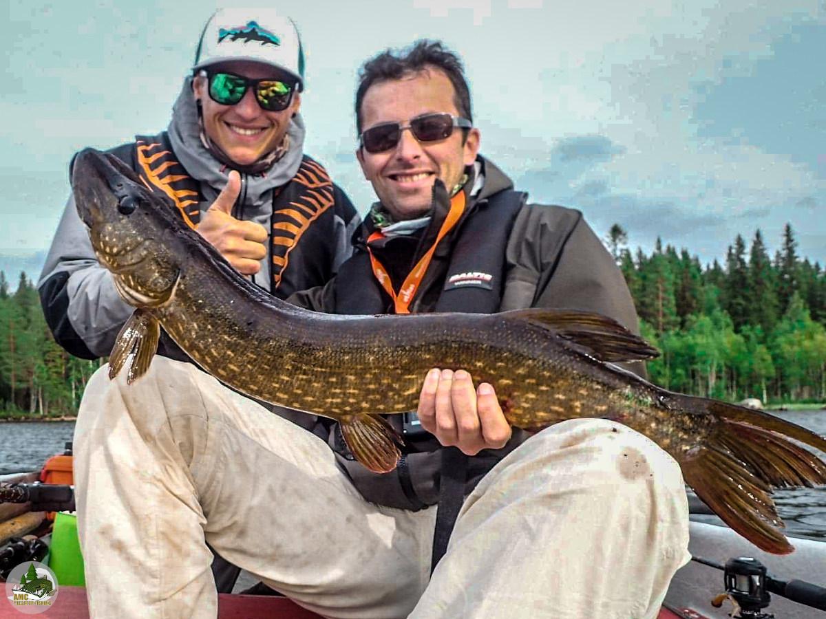 pêche du brochet et de la perche en Laponie Suédoise. Photo de Benoit et du guide avec un brochet sur la barque.