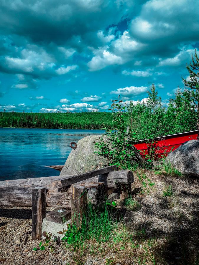 Paysage de Laponie Suédoise, bord de lac et barque rouge